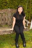 Härligt tonårs- flickasammanträde på trägunga fotografering för bildbyråer