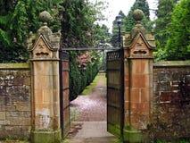 härligt trädgårds- föra för port som är gammalt till royaltyfri bild