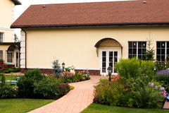Härligt trädgårds- härligt hus Royaltyfri Foto