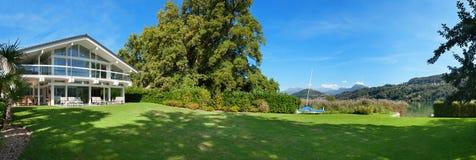 härligt trädgårds- hus royaltyfria bilder