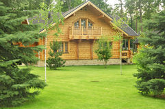 Härligt trähus i skogen Arkivfoton