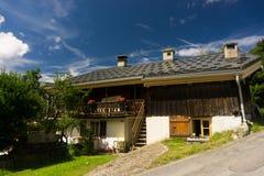 Härligt traditionellt berghus i Les Houches, Frankrike, i sommar arkivbilder