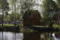 Härligt traditionellt hus med ett halmtäckt tak på en liten ö arkivbild