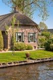 Härligt traditionellt hus med ett thatched tak Royaltyfria Foton