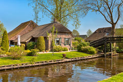 Härligt traditionellt hus med ett thatched tak Arkivfoton