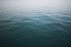 Härligt tropiskt hav med krusningsvågor Arkivbilder