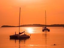 Härligt tropiskt hav och hav med segelbåten eller yatch Arkivfoton
