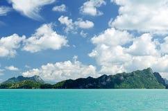 Härligt tropiskt hav under den blåa himlen Fotografering för Bildbyråer