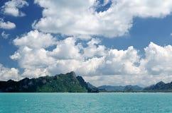 Härligt tropiskt hav under den blåa himlen Royaltyfri Fotografi