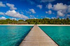Härligt tropiskt landskap, lång brygga in i ön Arkivbild