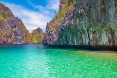 Härligt tropiskt landskap med den blåa lagun och den steniga ön, Palawan Royaltyfria Foton