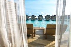 Härligt tropiskt Maldiverna semesterorthotell med strand- och blåttwat royaltyfri fotografi