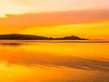 Härligt tropiskt strandhav och hav med kokosnötpalmträdet på Royaltyfri Foto