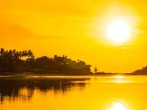 Härligt tropiskt strandhav och hav med kokosnötpalmträdet på Arkivfoto
