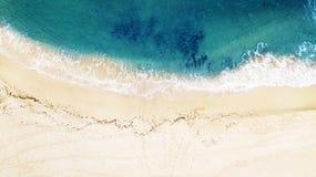 Härligt tropiskt tömmer strand- och havsvågor flyg- sikt royaltyfria foton