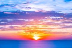 Härligt tropiskt utomhus- naturlandskap av havshavet på soluppgång fotografering för bildbyråer