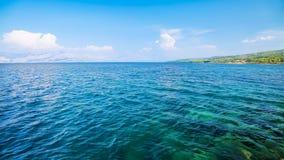 Härligt turkoshav med blå himmel och moln stock video
