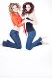 Härligt tvilling- hoppa för systrar Fotografering för Bildbyråer