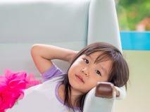 Härligt ung flickabarn som ner lägger Arkivbild