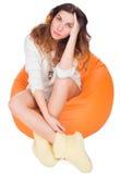 Härligt ung flickasammanträde på en kudde Arkivfoton