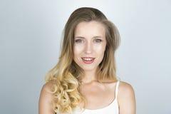 Härligt ungt blont caucasian kvinnaslut upp vit bakgrund royaltyfria bilder
