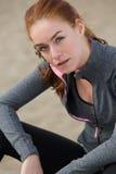 Härligt ungt koppla av för sportkvinna Arkivfoto