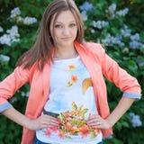 Härligt ungt lyckligt posera för kvinna Fotografering för Bildbyråer