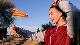 Härligt ungt patriotiskt tonårigt gör selfie med den Barcelone flaggan på bakgrunden Förbluffa Barcelone, Spanien arkivfilmer