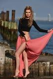 Härligt ungt posera för modemodell som är nätt på pir på fartygmarina med vatten på bakgrunden Fotografering för Bildbyråer