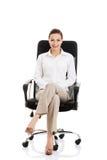 Härligt ungt sammanträde för affärskvinna på en stol. arkivfoton
