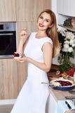 Härligt ungt sexigt blont mode för kvinnakläder beklär den vita slinen arkivfoton
