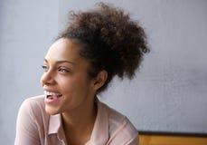 Härligt ungt skratta för afrikansk amerikankvinna Arkivbild