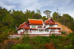 Härligt utsmyckat hus med traditionell asiatisk arkitektonisk fe royaltyfri foto
