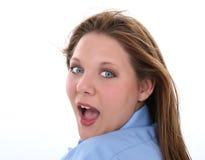härligt uttryck som ser över förvånad kvinna för skulder Arkivbilder