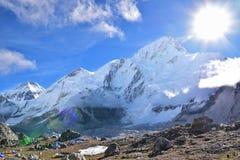 Härligt väder på Gorak Shep med korkat Himalayan område för snö i bakgrunden royaltyfri bild