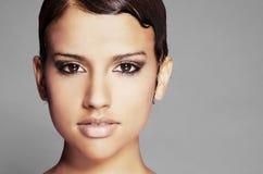 Härligt vända mot och kortsluta hår Arkivbild