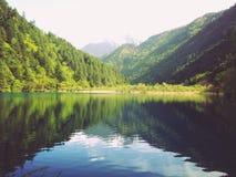 Härligt vårberg och sjö Arkivfoton