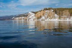 Härligt vårlandskap på flodbanken Natur av Siberia Arkivbilder