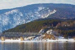 Härligt vårlandskap på flodbanken Natur av Siberia Royaltyfri Foto