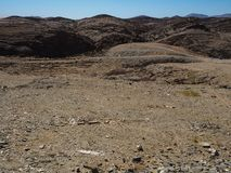 Härligt vagga bakgrund för bergtexturlandskapet av unik geografi för den Namib öknen med blixtrande stenjordning och ökenväxten arkivfoto