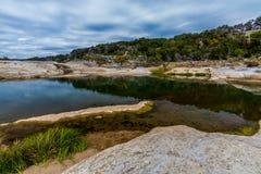 Härligt vagga snidit slätt för bildande av Crystal Clear Blue-Green Waters av den Pedernales floden i Texas arkivbilder