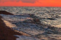 Härligt varmt ljus över havet efter solnedgång Arkivbild