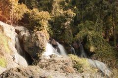 Härligt vattenfalllandskap Pha Sua Waterfall i Maehongson, Thailand Royaltyfri Foto