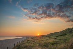 Härligt vibrerande landskap för sommarsolnedgångstrand med att bedöva sk royaltyfria foton