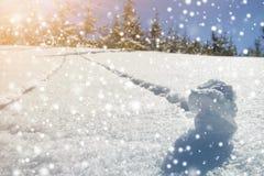 Härligt vinterjullandskap Brant bergkullelutning med den mänskliga spårbanan i djup snö för kristall och gröna prydliga träd arkivbilder