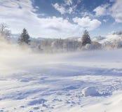 Härligt vinterlandskap i bergby. Arkivfoto