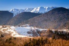 Härligt vinterlandskap i Rumänien med gamla traditionella hus, berg i Transylvania Royaltyfria Bilder