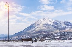 Härligt vinterlandskap med berget arkivbild