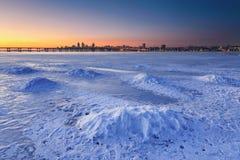 Härligt vinterlandskap med den djupfrysta floden på skymning III Arkivfoto