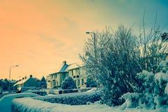 Härligt vinterlandskap med hus som täckas med snö Arkivfoton